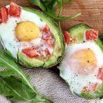Авокадо, запечённый с яйцом